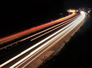 高速道路はハイビームで走るの?それともロービーム?